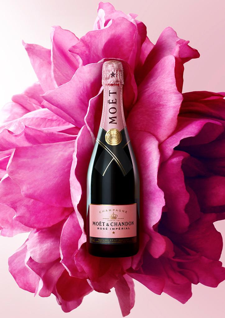 Bouteille Moët & Chandon sur une fleur rose