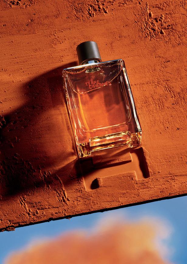 Parfum Hermès dans la terre rouge
