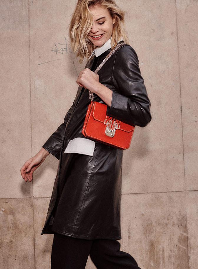 femme sac rouge moreau