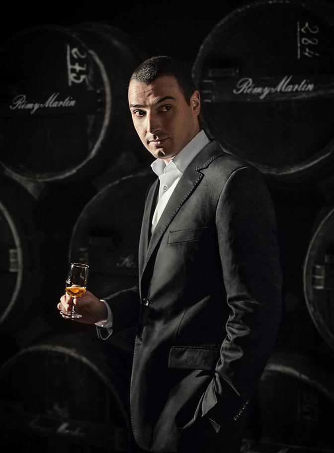 homme avec verre de whisky remy martin