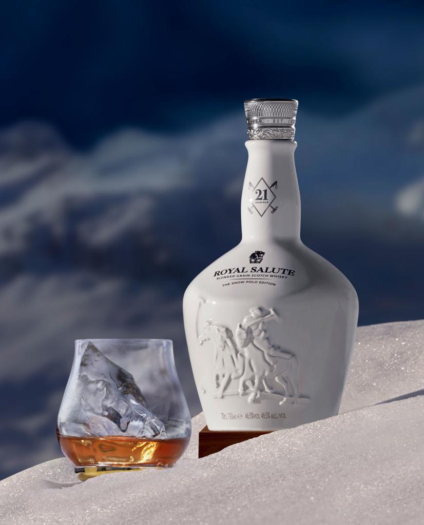 Une bouteille de whisky Royal Salute dans la neige
